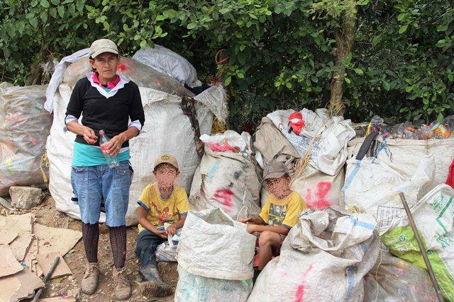 Debido a la falta de empleo formal,  miles de personas se   dedican al reciclaje. (Foto Prensa Libre: Dony Stewart)