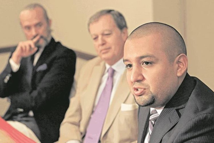 Juan Francisco Solórzano, jefe de la SAT, denunció a un negocio que no le entregó factura.