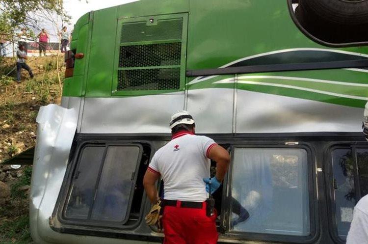 Bomberos y Cruz Roja atendieron a los pasajeros lesionados. (Foto: Cruz Roja)