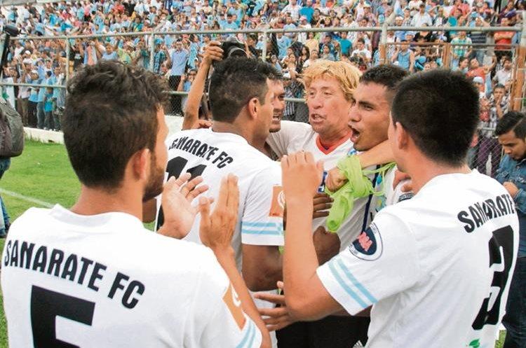 El técnico  de Sanarate, Henry Barrientos (centro), y los jugadores se felicitan  tras haber vencido a Reu, en el segundo juego por el ascenso, disputado en  Antigua Guatemala.