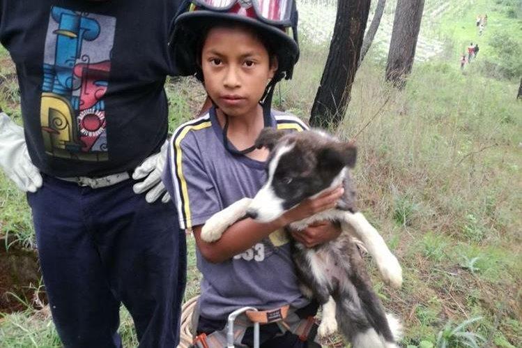 El niño Juan recupera a su perro Boby luego de haber caído a un pozo en El Tejar, Chimaltenango. (Foto Prensa Libre: Víctor Chamalé)