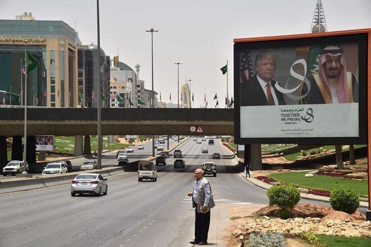 Una valla en Riad, Arabia Saudí, informa de la visita de Trump. (Foto Prensa Libre: AFP)