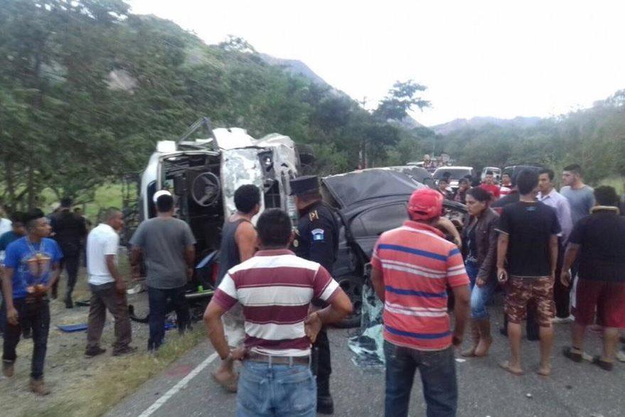 Curiosos permanecen en el lugar de la tragedia, en Chiquimula. (Foto Prensa Libre: Edwin Paxtor).