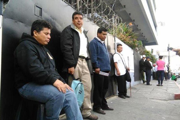 Un grupo de vendedores de Lotería Santa Lucía denuncia malos tratos y discriminación de autoridades del Comité Pro Ciegos y Sordos. (Foto Prensa Libre: Estuardo Paredes)