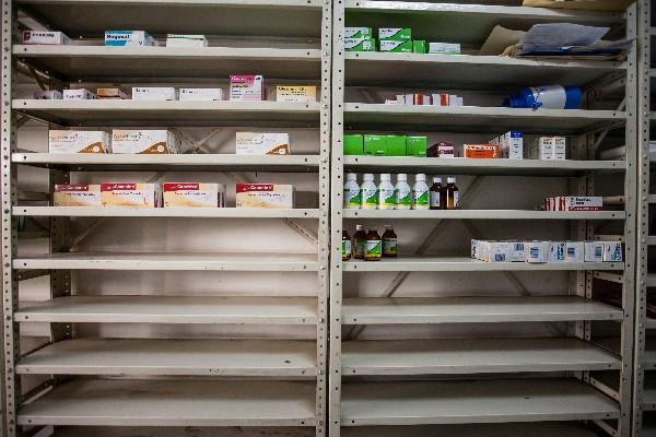 """Un estante con medicamentos de la farmacia """"San Vicente"""" muestra la escasez. (EFE)."""