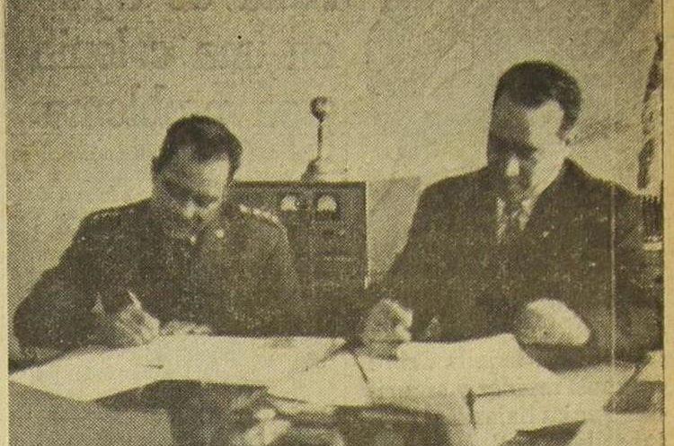 El coronel Carlos E. de León a la izquierda, director general de la Policía Nacional, junto al coronel Antonio Estrada Sanabria. El 7/1/1956. (Foto: Hemeroteca PL)