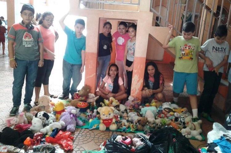 Integrantes de grupo de jóvenes de Chiquimula muestran algunos de los juguetes que han reunido para entregarlos a niños de áreas con pobreza. (Foto Prensa Libre: Mario Morales)