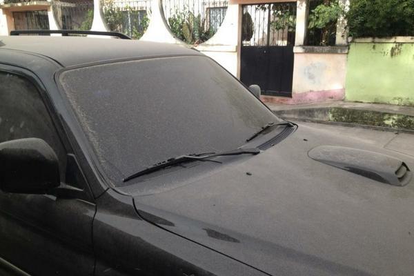 <p>Ceniza puede apreciarse sobre el vidrio del vehículo. (Foto cortesía de Alex Calderón)</p>