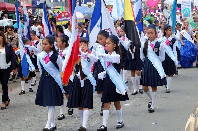 Estudiantes abanderadas encabezaron el desfile de primaria. (Foto Prensa Libre: Carlos Ventura)