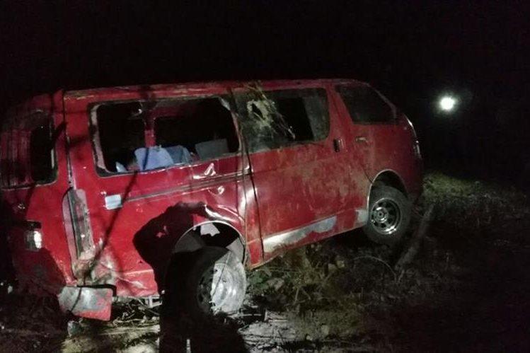 El accidente del microbús ocurrió en el 146 de la ruta Interamericana, Santa Lucía Utatlán, Sololá. (Foto Prensa Libre: Ángel Julajuj)
