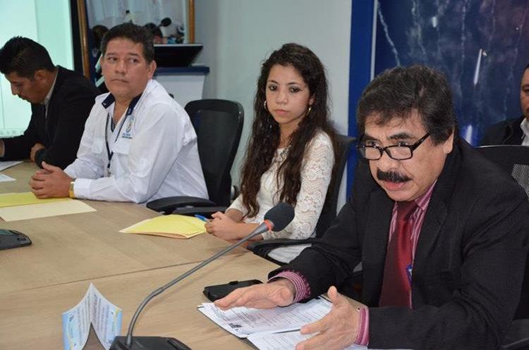 El médico Eduardo Palacios señala los porcentajes de personas que no practican actividades físicas. (Foto Prensa Libre: Cortesía Muni Villa Nueva)