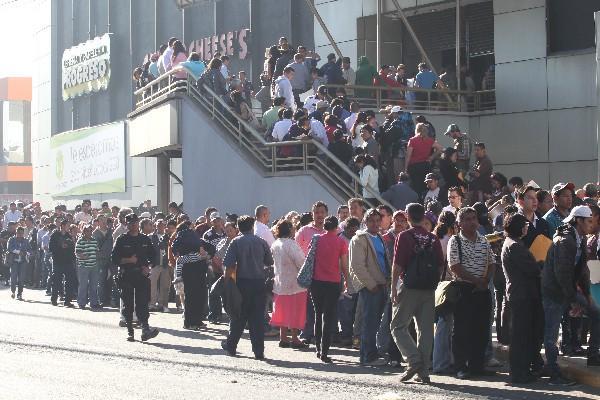 contribuyentes esperan ser atendidos afuera de la sede de Galerías Primma.