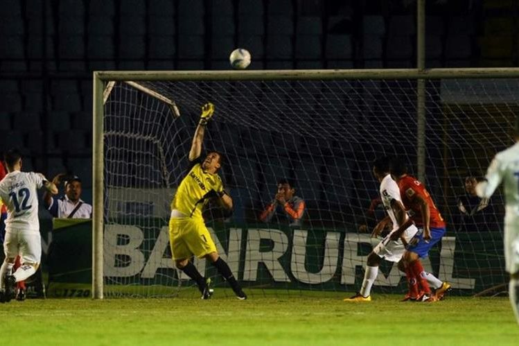 Irazún fue figura para Comunicaciones y le negó el gol a Municipal en varias ocasiones. (Foto Prensa Libre: Francisco Sánchez)