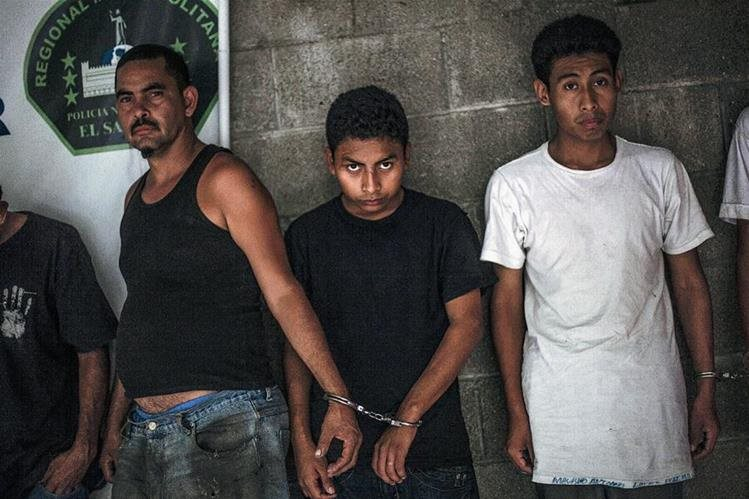 Presuntos miembros de una pandilla fueron detenidos en Panchimalco, cerca de San Salvador. (Foto prensa Libre:AP).
