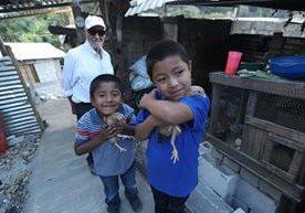 Ubaldo Villatoro es recompensado por amor hacia sus nietos