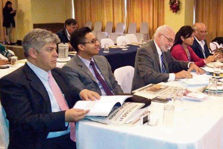 EMPRESARIOS e integrantes de grupos gestores escuchan las conferencias sobre competitividad.