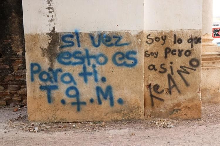 El mensaje fue pintado con aerosol en una de las paredes de la iglesia. (Foto Prensa Libre: Mario Morales)