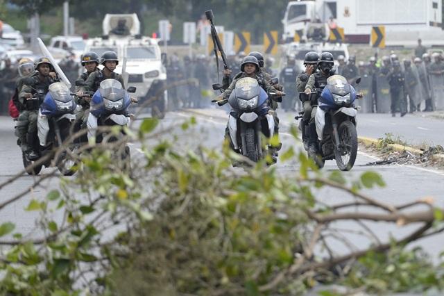 La policía se mantuvo vigilante en la marcha de venezolanos. (Foto Prensa Libre: EFE)