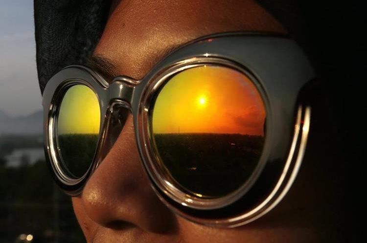 INDO2. BANDA ACEH (INDONESIA), 09/03/2016.- Una fase de eclipse parcial de sol se refleja en una gafas de sol de una mujer que sigue el fenómeno natural hoy, miércoles 9 de marzo de 2016, desde Banda Aceh (Indonesia). EFE/HOTLI SIMANJUNTAK