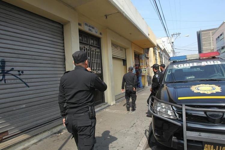 La Policía Nacional Civil controla y revisa el hospital, luego de la fuga del reo. (Foto Prensa Libre: Érick Ávila)