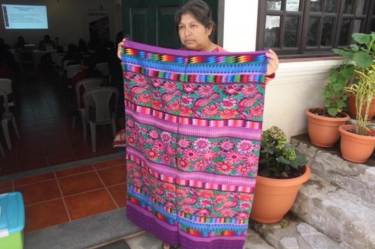 Una de las tejedoras de Sololá muestra uno de los diseños propios del lugar. (Foto Prensa Libre: Ángel Julajuj)