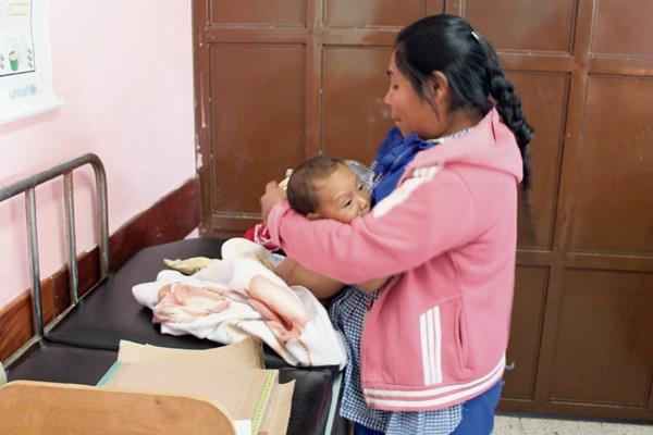 Uno de  los  menores con desnutrición que reciben tratamiento en el Hospital Nacional de Jalapa permanece junto a su madre.
