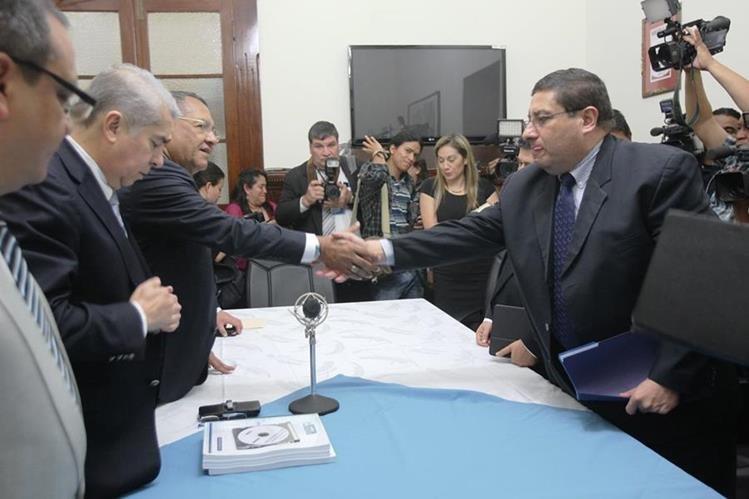 El Ministro de Finanzas saluda a las máximas autoridades del Congreso al entregar el proyecto de presupuesto. (Foto PL-Esbin García)
