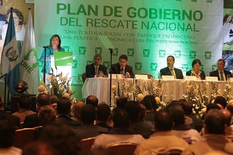 La presidenciable de UNE, Sandra Torres, explica el proyecto. (Foto Prensa Libre: Álvaro Interiano)