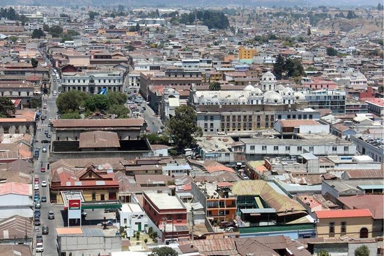 Vista aérea de Xela, donde varias zonas permanecerán sin electricidad este miércoles. (Foto Prensa Libre: Carlos Ventura)