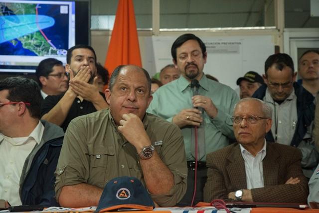 Luis Guillermo Solís, presidente de Costa Rica, confirma muertos y desaparecidos por huracán Otto. (Foto Prensa Libre: EFE)