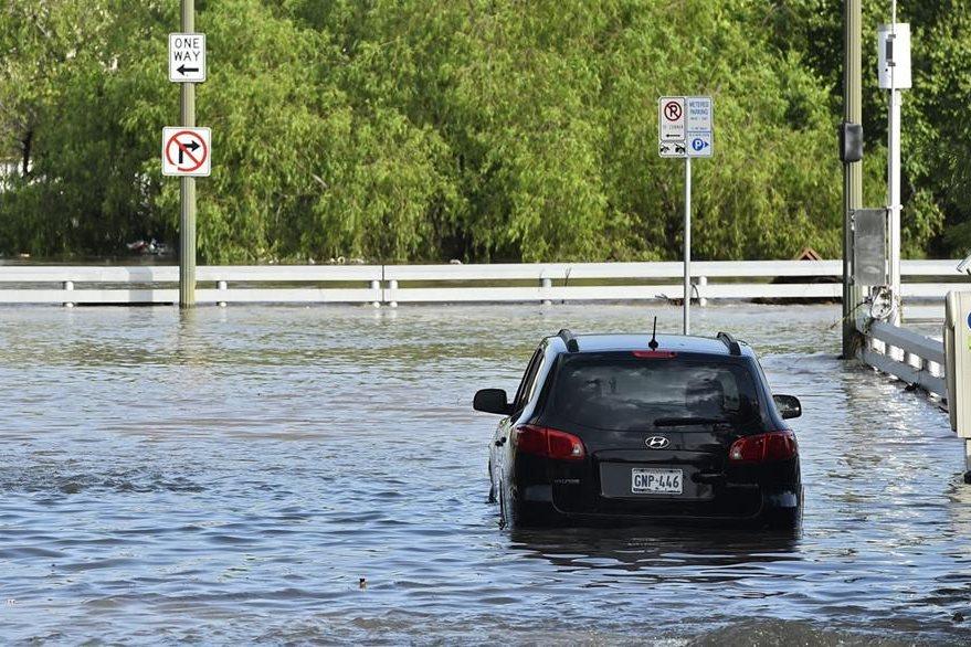 Un vehículo permanece en una calle anegada en Houston, Texas, seriamente afectado por las tormentas de los últimos días. (Foto Prensa Libre: EFE).