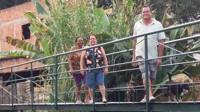 El puente, construido bajo la iniciativa de Manoelina dos Santos, Juracy da Conceição y Adalto José Soares, ahorra a los vecinos 2 kilómetros de camino para llegar a la zona comercial. DIVULGACIÓN