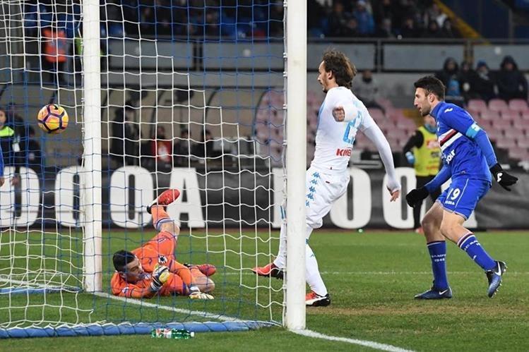 El jugador de Nápoli, Manolo Gabbiadini envía el balón al fondo de la red. (Foto Prensa Libre: AP)