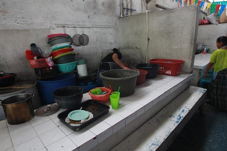 Las autoridades recomiendan constatar que los alimentos han sido preparados higiénicamente si se come en la calle. (Foto Prensa Libre: Érick Ávila)
