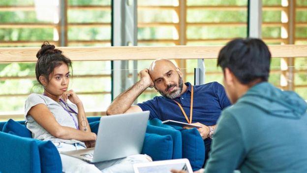 Alardear y actuar como si fueras un sabelotodo son formas seguras de crear una mala impresión entre tus nuevos colegas. (GETTY IMAGES)