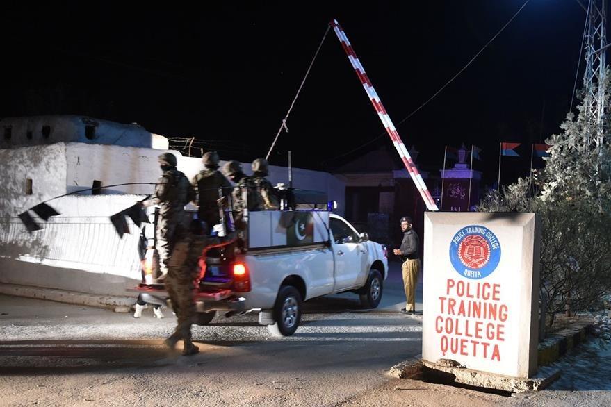 Ingreso del centro de entrenamiento de la policía en la provincia paquistaní de Baluchistán. (Foto Prensa Libre: AFP).
