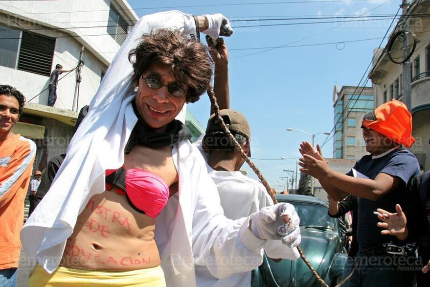 06/04/2006. Ingenioso estudiante vestido de mujer parodia a la ministra de Educación de ese año. (Foto: Hemeroteca PL)