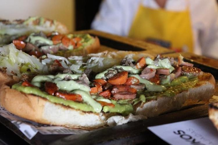 Una de las principales ventajas del shuco es la posibilidad de incluir una cantidad variada de embutidos, siempre que el pan se pueda cerrar (Foto Prensa Libre: José Ochoa).