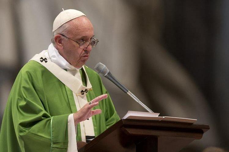 El papa Francisco durante una homilía en El Vaticano. Este viernes emitió duras críticas contra el episcopado salvadoreño. (Foto Prensa Libre: AP).