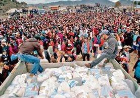 En marzo último, el presidente Otto Pérez Molina entregó bolsas seguras en Huehuetenango, las cuales fueron cambiadas y llevaban la foto de Sinibaldi.