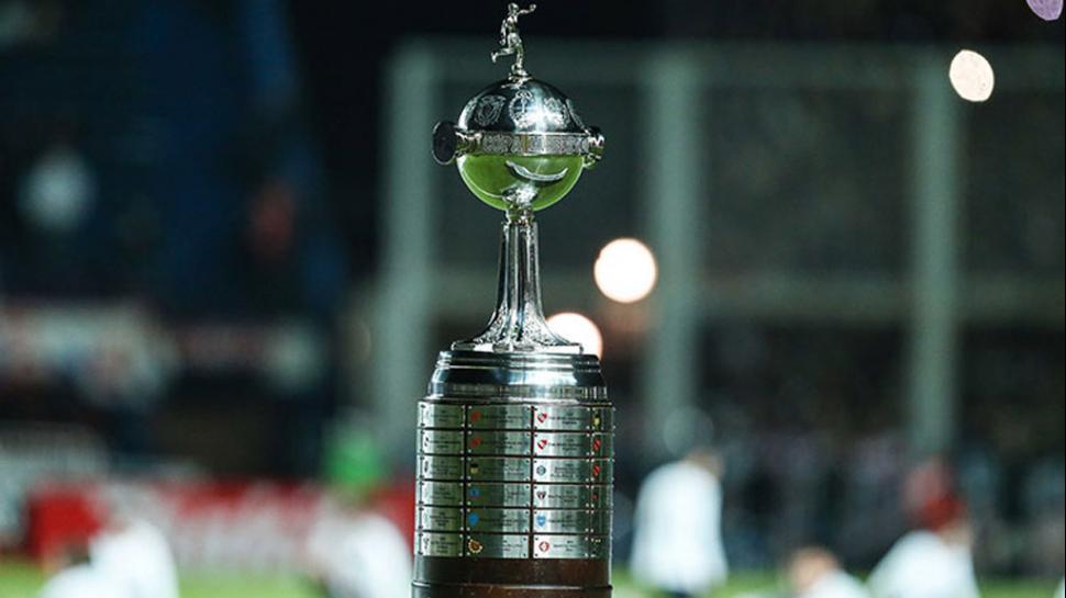 Este es el trofeo de la Copa Libertadores que será entregado al campeón en 2016. (Foto Prensa Libre: Hemeroteca)