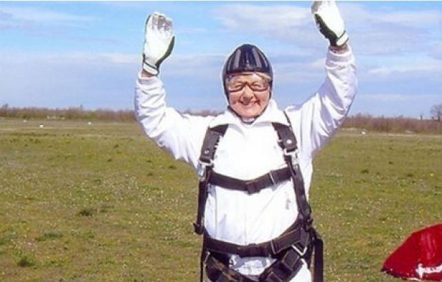 Penka Baleva levanta las manos en señal de triunfo luego de haber efectuado la hazaña. (Foto: thelocal.at).