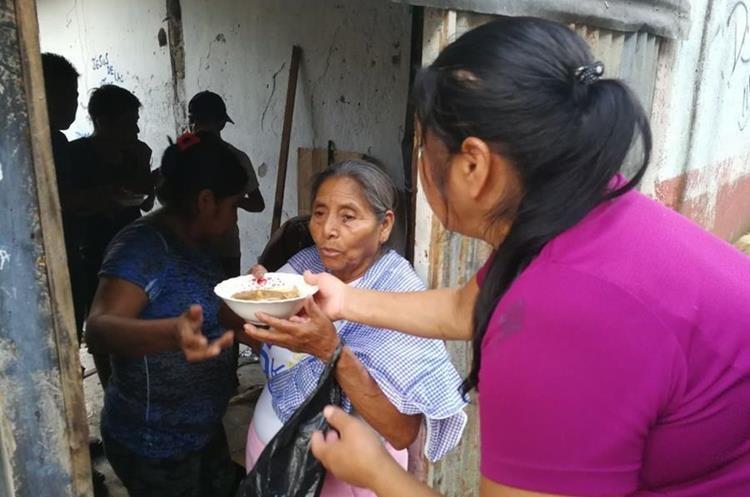 Vecinos de la aldea ubicada en Chinautla ayudaron a los damnificados. (Foto Prensa Libre: Óscar Rivas)