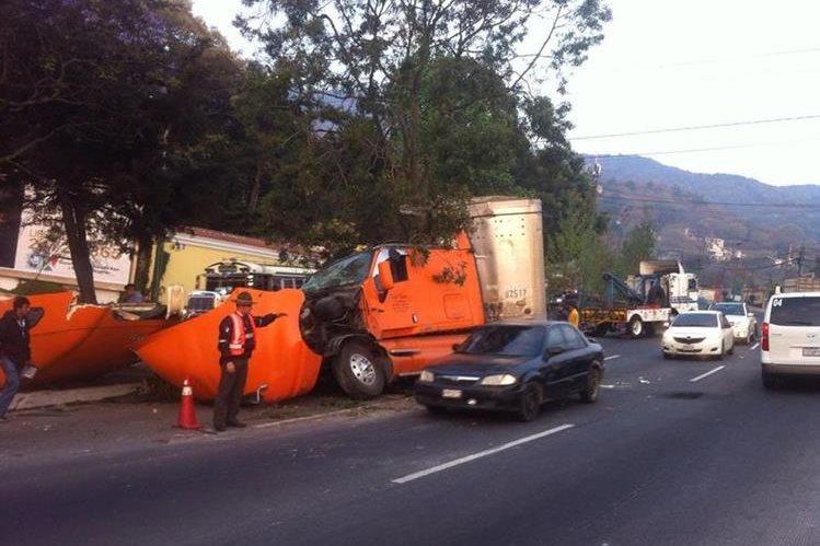 Un tráiler se estrelló en el kilómetro 20 de la ruta Interamericana, lo que complicó el paso de vehículos hacia la capital. (Foto Prensa Libre: Provial)