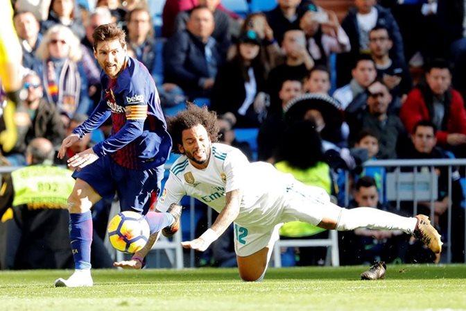 ¡Descalzo! Messi dio el pase de gol sin el botín