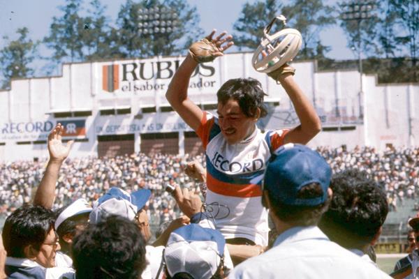 Roberto Edin Nova es cargado en hombros en el estadio Mateo Flores donde , se coronó campeón de la 26 vuelta. (Foto Carlos Morales Chacon)