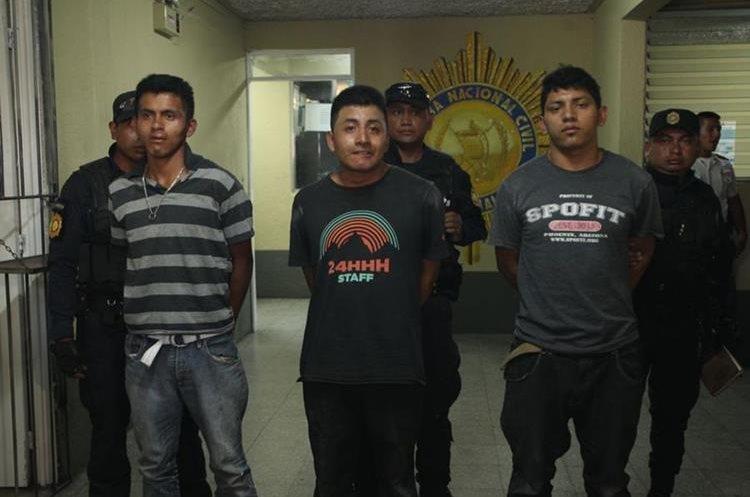 Tres de los supuestos responsables del ataque, además hay otro herido y un menor remitido. (Foto Prensa Libre: PNC)