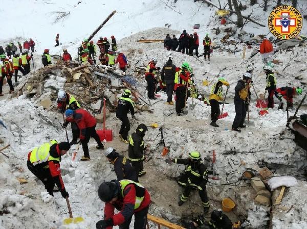 Recatistas buscan a sobrevivientes en el hotel Rigopiano en el centro de Italia. (EFE).