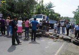 Vecinos de Colomba, Quetzaltenango, bloquean ruta para presionar porque se repitan elecciones a alcalde. (Foto Prensa Libre: Alexánder Coyoy)