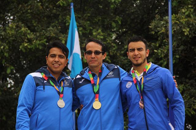 Octavio Sandoval, al centro, se quedó en el oro en la modalidad rifle 3 posiciones. (Foto COG).